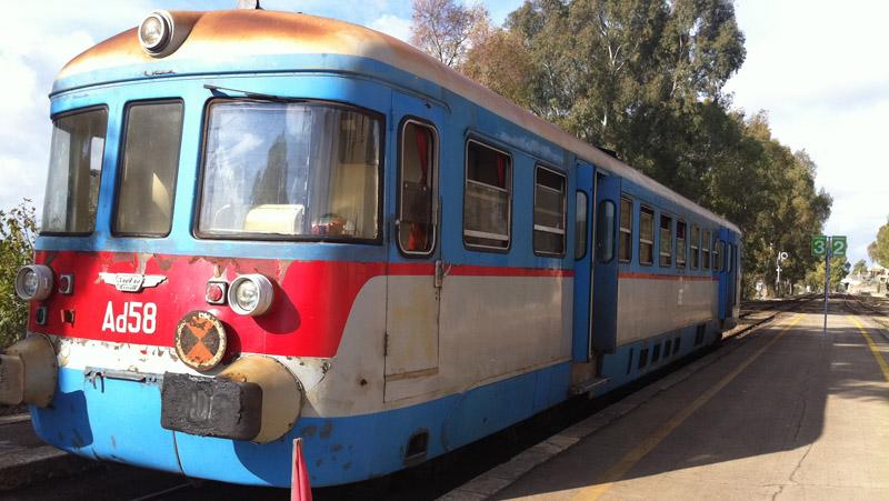 Tra parentesi  (In Littorina con il novellino delle Ferrovie del Sud Est)